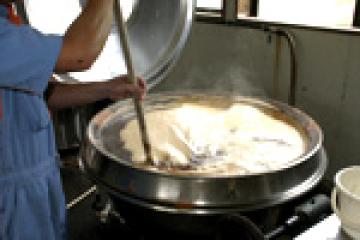釜全体を加熱しながら、適度にかき混ぜます。